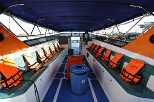 rettungswesten auf speedboot